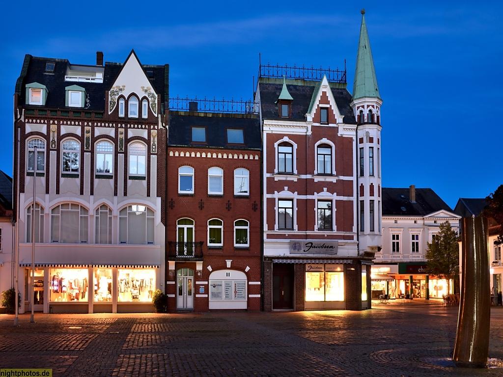 Eckernförde Rathausmarkt mit Kaufhaus Witt (links) erbaut 1901 mit Jugendstilelementen und Juwelier Jacobsen (rechts) erbaut 1896-1897 und Juwelier Jacobsen erbaut 1896-1897